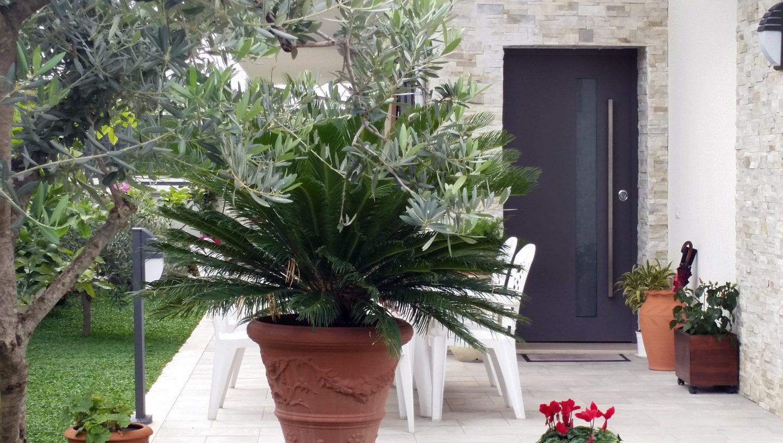 giardino con porta blindata