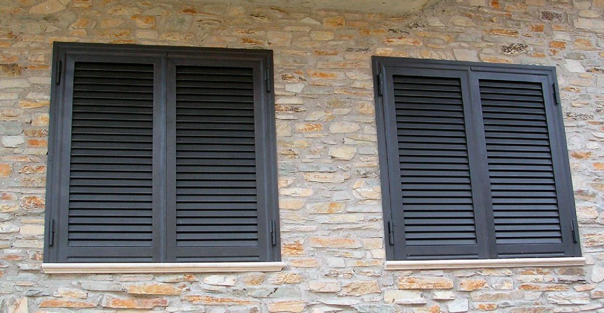 finestre con persiane marroni